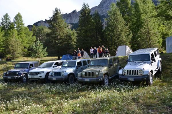 Campo 2 in Val di Thures - Jeep e tende Ferrino con partecipanti
